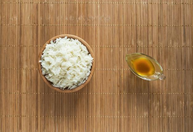 Saborosos pratos de comida bengali com arroz basmati e curry de peixe kerala.