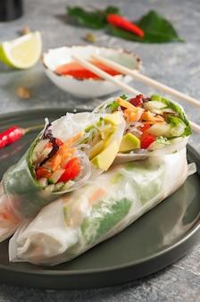 Saborosos rolinhos primavera com legumes cozinha vegetariana close up