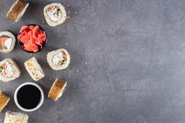 Saborosos rolos de sushi com atum colocados no fundo de pedra.