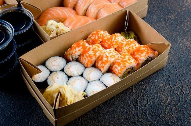 Saborosos rolos de sushi em caixas descartáveis de papel kraft