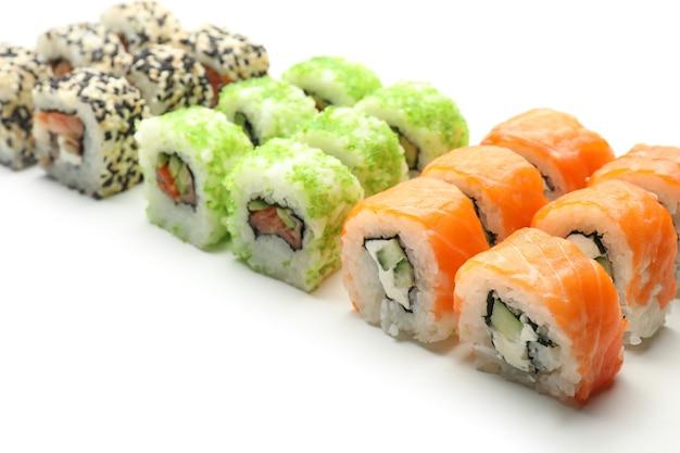 Saborosos rolos de sushi na superfície branca