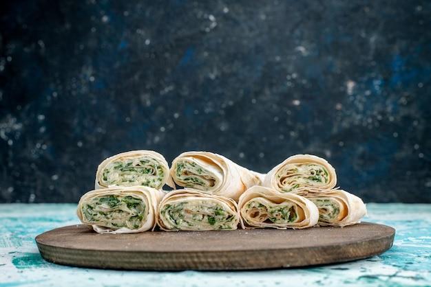 Saborosos rolos de vegetais inteiros e fatiados com recheio de verduras em azul claro