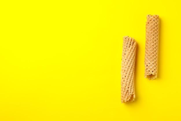 Saborosos rolos de wafer com leite condensado em amarelo