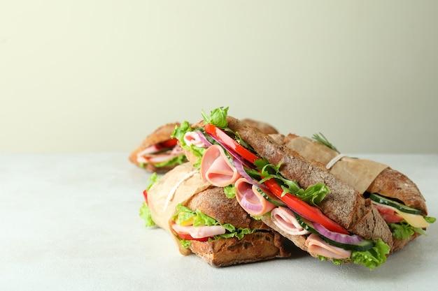 Saborosos sanduíches de ciabatta em fundo branco texturizado