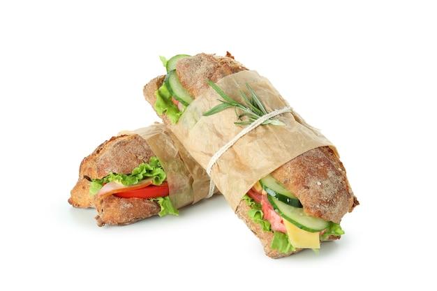Saborosos sanduíches de ciabatta isolados no fundo branco