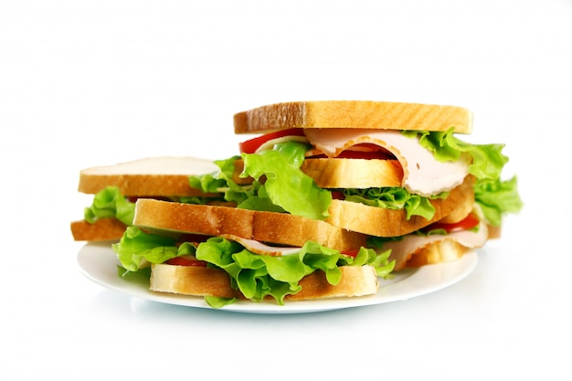 Saborosos sanduíches no prato
