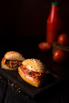 Saborosos sanduíches prontos para serem servidos