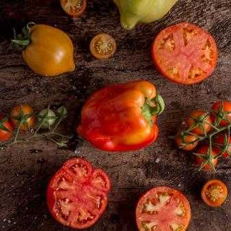 Saborosos tomates arranjados acima da vista