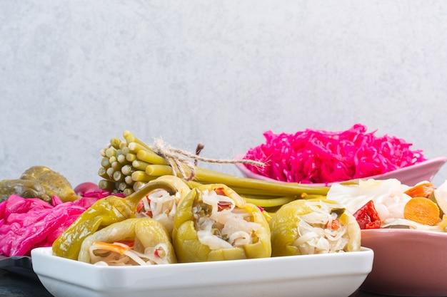 Saborosos vegetais em conserva em um prato.