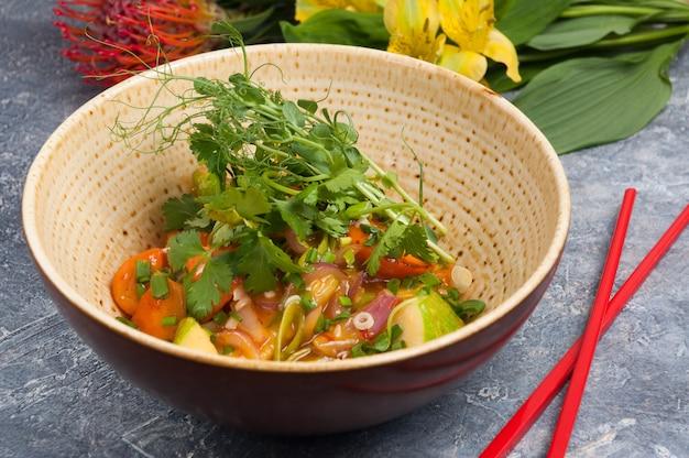Saborosos vegetais em molho agridoce prato asiático
