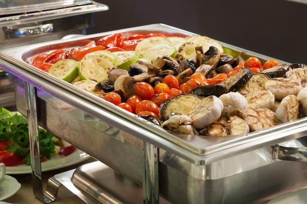 Saborosos vegetais grelhados no buffet concept holidays