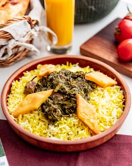 Sabzi pilaf carne espinafre arroz bolachas vista lateral