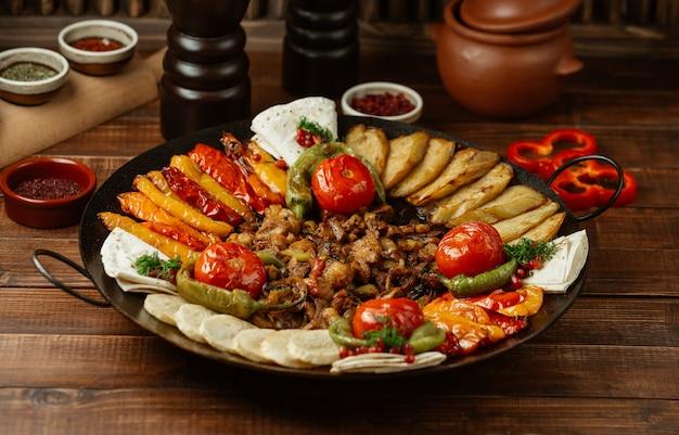 Sac ichi caucasiano com carne finamente grelhada, pimentão e outros vegetais