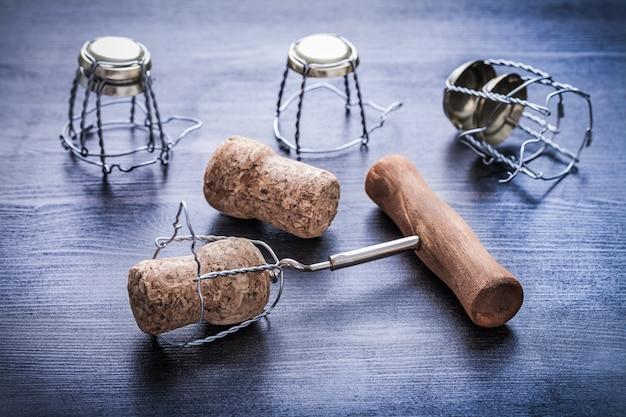 Saca-rolhas e rolhas de champanhe com fios