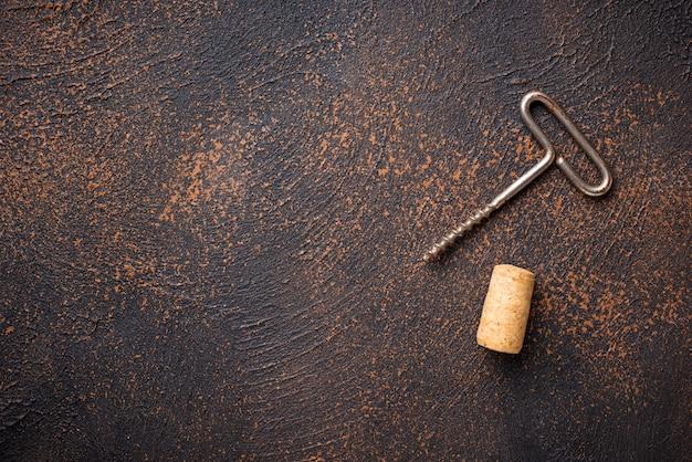 Saca-rolhas vintage velha e rolha de vinho