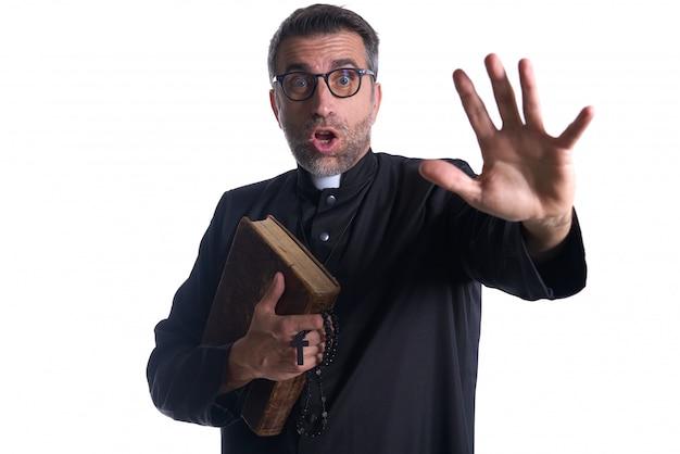Sacerdote assustado shifting levantando a mão