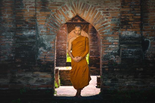 Sacerdote caminhada meditação
