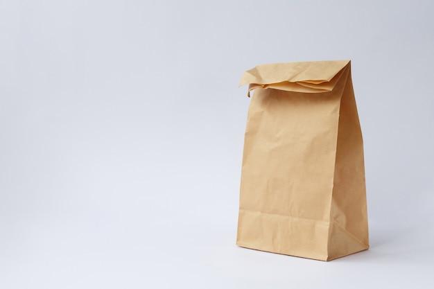 Saco artesanal de papel marrom para compras no fundo branco