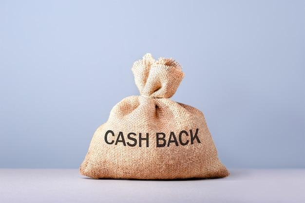 Saco bancário com dinheiro e texto em dinheiro de volta