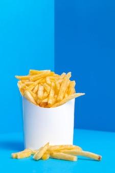 Saco cheio de batatas fritas salgadas