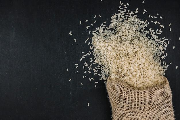 Saco com arroz derramado
