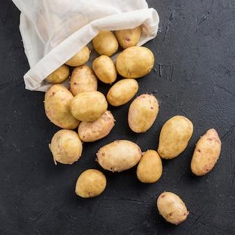 Saco com batatas na mesa