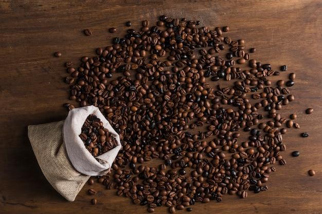 Saco com grãos de café espalhados
