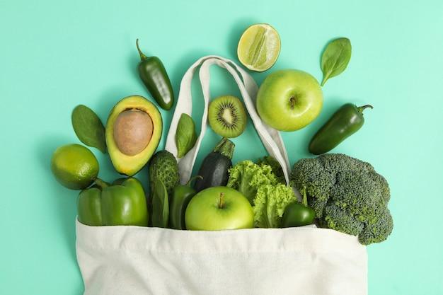 Saco com legumes e frutas