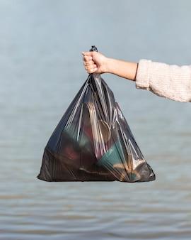 Saco com lixo da beira-mar