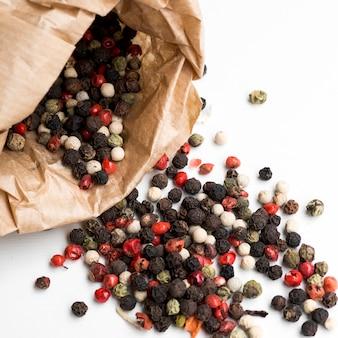 Saco com sementes de pimenta caída