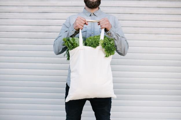 Saco de algodão ecológico branco cheio de mantimentos para mock up ou seu logotipo