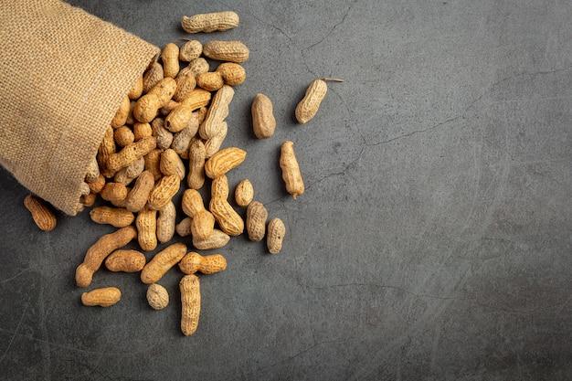 Saco de amendoim colocado em fundo escuro