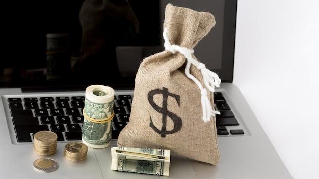 Saco de aniagem de dinheiro e computador portátil