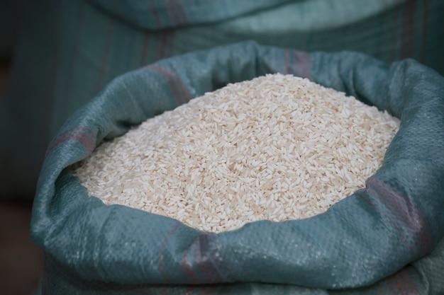 Saco de arroz no mercado da manhã luang prabang laos.