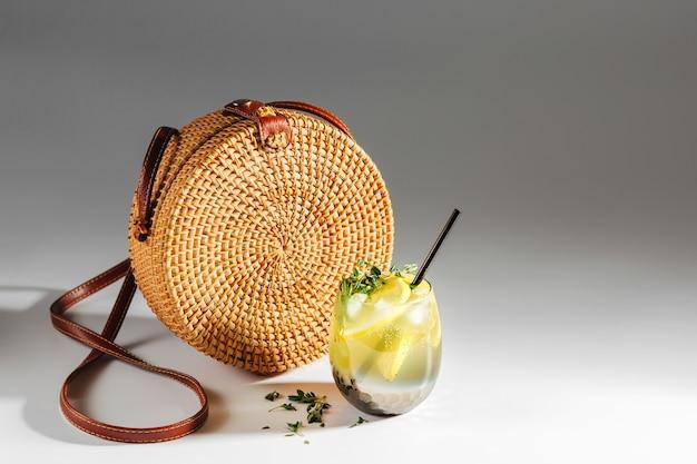 Saco de bambu e limonada. conceito de férias de verão.