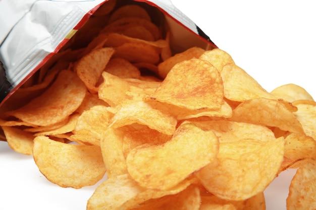 Saco de batatas fritas isolado no fundo branco