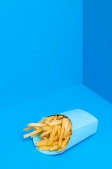 Saco de batatas fritas pronto para servir