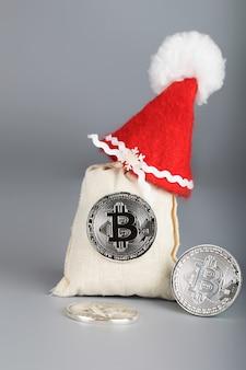 Saco de bitcoins com chapéu de papai noel. fechar-se