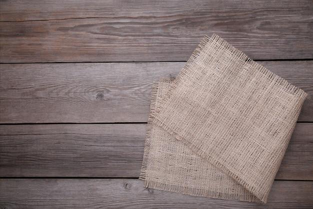 Saco de carvão natural no fundo cinza de madeira. lona na mesa de madeira cinza
