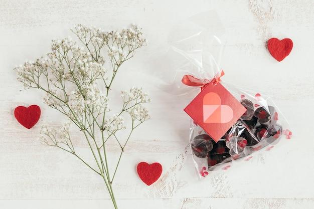 Saco de chocolates com flores e corações