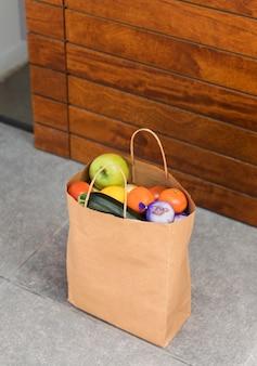 Saco de comida entregue na porta de uma pessoa