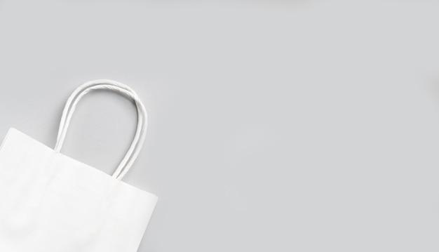 Saco de compra de papel branco sobre fundo cinza, resíduo zero, embalagem ecológica, vista superior, lugar para texto.