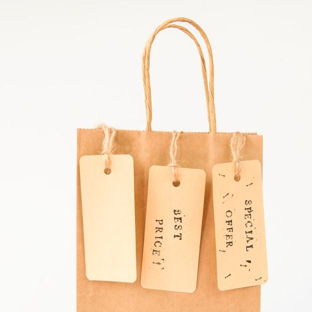 Saco de compra de papel marrom com tags de venda