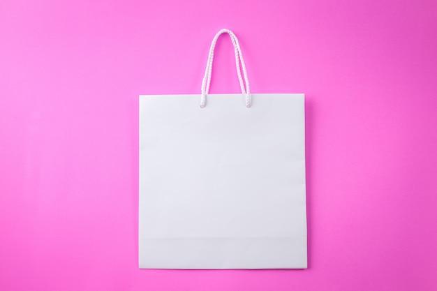 Saco de compras branco um fundo rosa e espaço para texto ou texto sem formatação