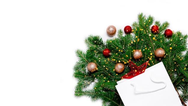 Saco de compras com decorações de natal e ano novo