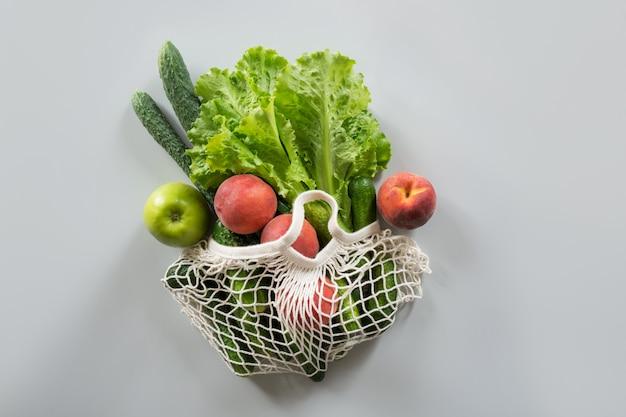 Saco de compras com frutas e legumes