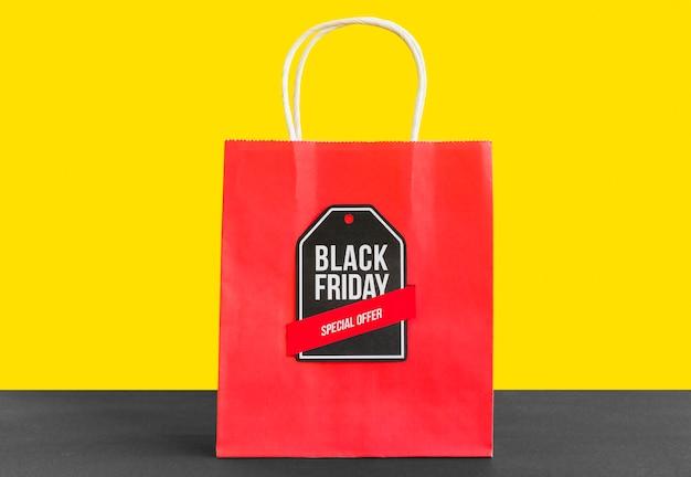 Saco de compras com inscrição de sexta-feira negra