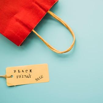 Saco de compras com inscrição de venda de sexta-feira negra