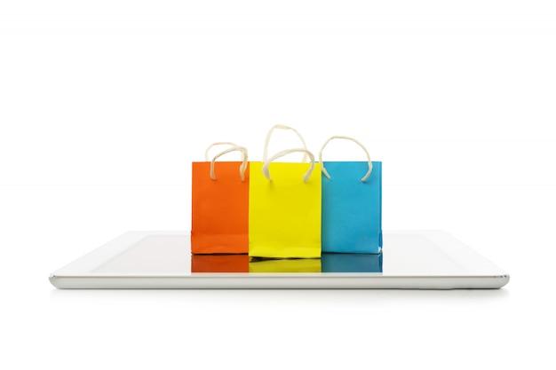 Saco de compras com tablet no fundo branco, compras on-line ou ecommerce conceito