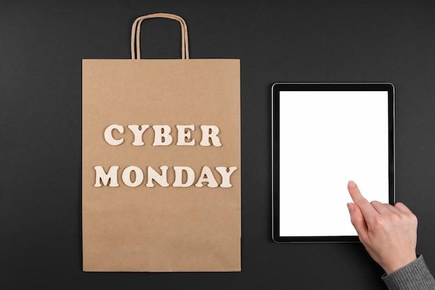 Saco de compras da cyber monday com tablet